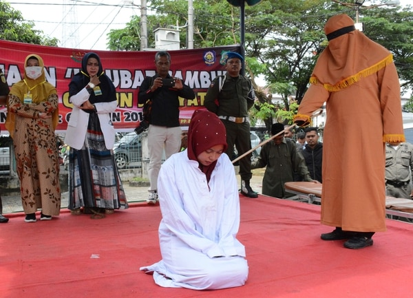 A esta mujer la azotaron este jueves 5 de diciembre del 2019 en Aceh, Sumatra, Indonesia, acusada de tener relaciones sexuales prematrimoniales
