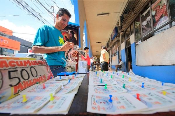 Luego de que los dos últimos acumulados cayeran en San Carlos, los vendedores aseguran que este nuevo premio también saldrá de este cantón. Foto: Rafael Pacheco