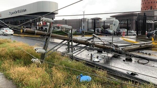 Las fuertes lluvias con rayería y vientos destecharon una casa en León XIII y además se trajeron abajo un poste en Heredia. Foto: Cortesía Bomberos para La Teja