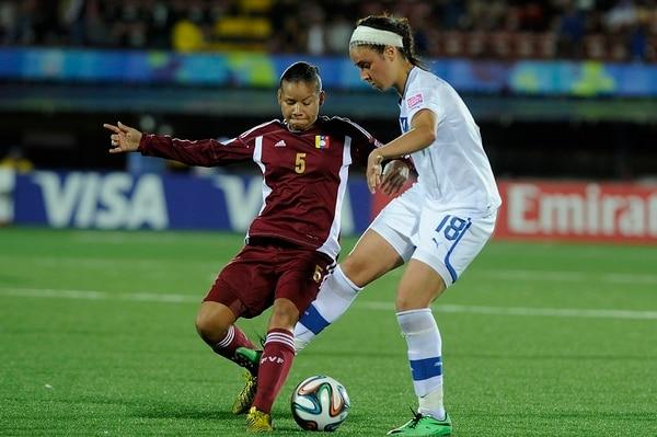 La jugadora Deyna Rodríguez de Venezuela elude la marca de una de las italianas.