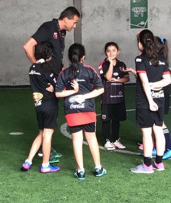Jozef Miso es uno de los maestros que tendrán las niñas que se inscriban en la escuela de fútbol de Alajuelense.