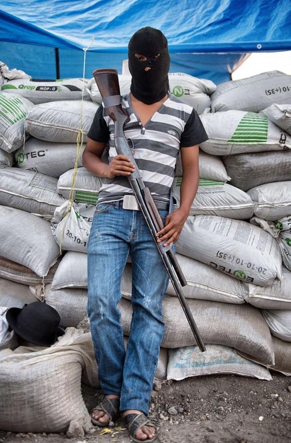 Chilango es miembro de los llamados grupos de autodefensa en México. Posa junto a una barricada en la ciudad de Apatzingán, Michoacán.   AFP.