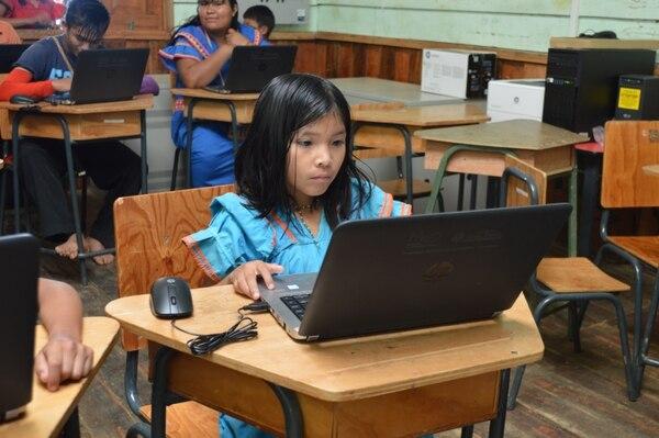 Cándida Morales es una de las niñas beneficiadas con esta iniciativa del Programa Nacional de Informática Educativa del Ministerio de Educación (MEP) y la Fundación Omar Dengo (FOD).