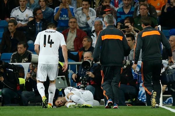 Jesé sufrió su lesión apenas en el arranque del partido. Xabi Alonso se acerca. En redes sociales, el joven agradeció los buenos deseos. | AP