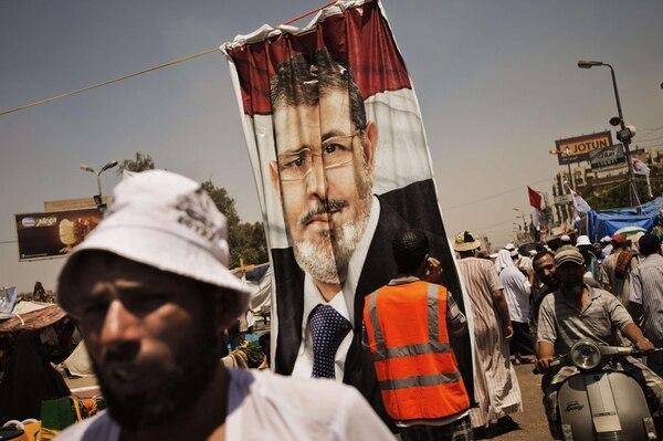 Seguidores del depuesto presidente Mohamed Morsi participan en una protesta en las afueras de la mezquita de Rabaa al-Adawiya, en El Cairo.