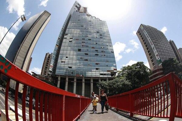 Al menos 100 familias abandonaron ayer la torre de forma voluntaria. | AFP