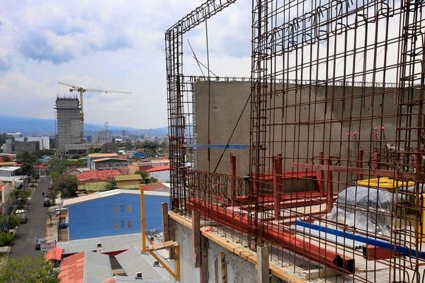 Torre de apartamentos, en Barrio Escalante Desde aquí se aprecian los nuevos edificios de Los Yoses. El sector inmobiliario está preocupado con la propuesta de limitar la deducción de intereses, pues es de los que más financiamiento requiere. Foto: Rafael Pacheco