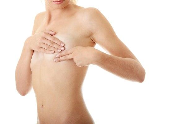 El tratamiento habitual al cáncer de mama es cirugía, seguida de un fármaco que bloquea las hormonas. Pero a muchas mujeres también se les insta a recibir quimioterapia para matar cualquier célula cancerígena restante que pueda haberse extendido más allá del pecho y que pueda iniciar un nuevo cáncer más adelante.