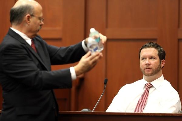 El testigo John Good observa al fiscal Bernie de la Rionda, quien expone las posibles posiciones en que se hallaban George Zimmerman y Trayvon Martin durante el enfrentamiento el 26 de febrero del 2012. | AP