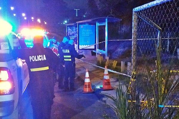 La Fuerza Pública acordonó el sitio, donde los agentes del OIJ recolectaron un arma de fuego y varios casquillos que servirán para fundamentar la acusación. Foto: suministrada por Keyna Calderón.