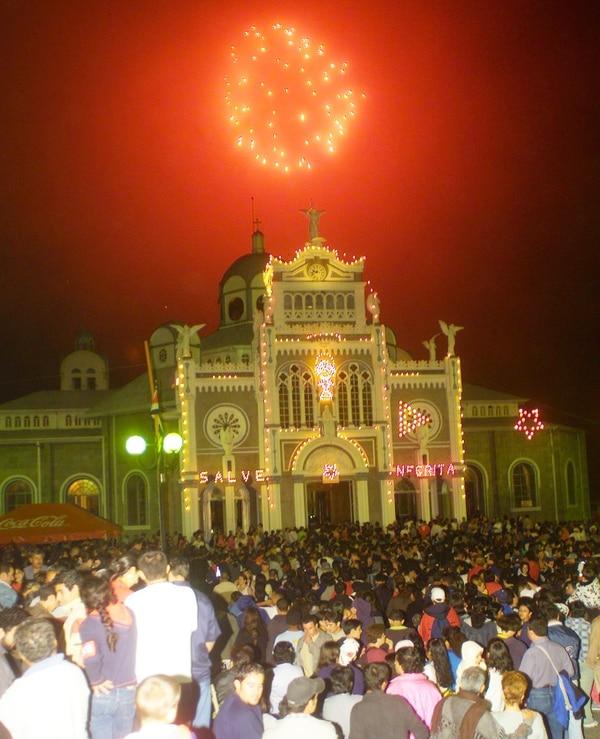 La basílica de los Ángeles y sus alrededores colapsan la noche del 1.° de agosto con la romería más grande del país.