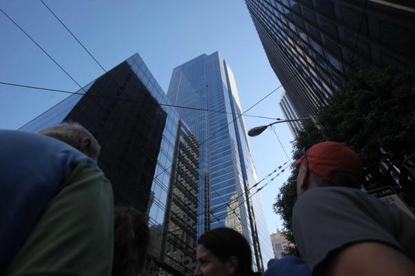 En esta foto de archivo, del 6 de septiembre del 2010, los espectadores observan como Dan Goodwin, conocido también como araña Dan, escala La Millennium Tower en San Francisco.