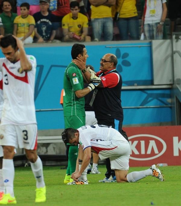 Perozzo con Keylor, antes de detener un penal en la serie contra Grecia. La imagen es elocuente.   FOTO: CARLOS BORBÓN