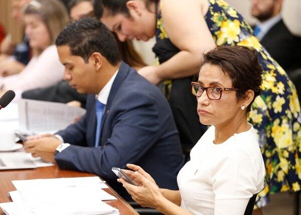 La diputada Yorleny León, del PLN, asegura que crear el procedimiento para quitarle la credencial a un diputado por ley evita las interpretaciones o el manejo discrecional de las acusaciones contra los congresistas. Foto: Albert Marín.