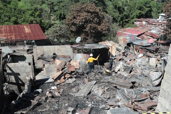 Todo quedó destruido en el Pochote, en barrio Cuba, donde todavía este martes trabajaban los bomberos . Foto Alonso Tenorio