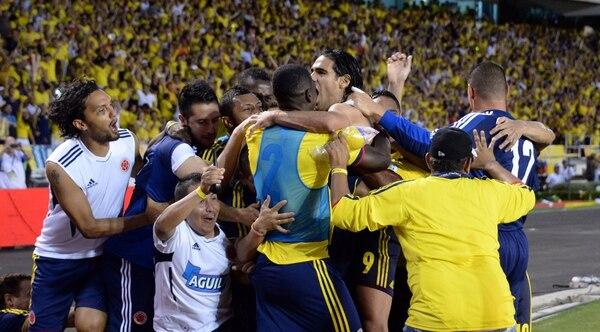 Radamel Falcao celebra junto a sus compañeros la clasificación de Colombia a Brasil 2014.