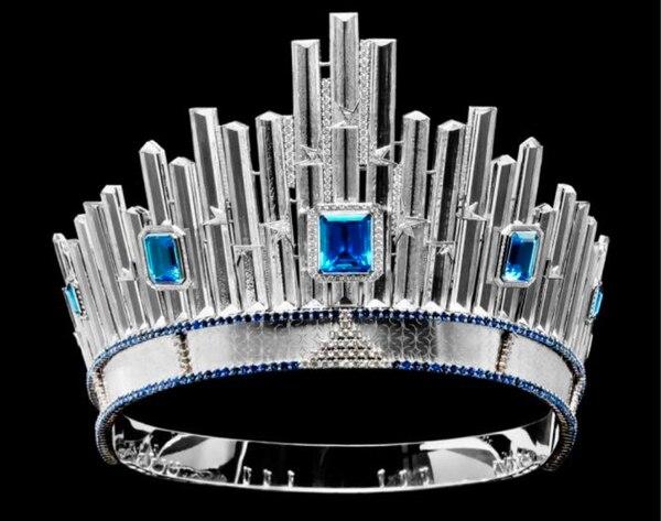 La corona de Miss Universo está hecha en oro blancode 18 kilates, con 198 zafiros en azul marino incrustados en ella. | MISS UNIVERSE.