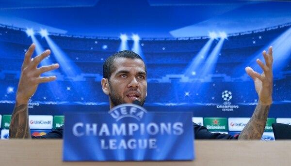 El lateral del Barcelona Dani Alves participó en una conferencia de prensa previo al juego de cuartos de final de la Champions League ante el Atlético de Madrid.