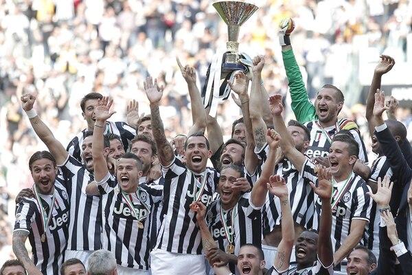 Los jugadores de la Juventus celebraron en su estadio la obtención del scudetto . Despúes recorrieron Turín abordo de un autobús descubierto. | AFP