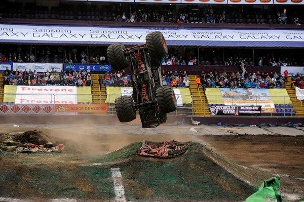 Maximun Destruction, de los favoritos en el público costarricense, salta sobre una de las montañas de tierra que se ubican en el circuito de competencia del Saprissa. Este monstruo de hierro vuelve para correr en el país.   ARCHIVO