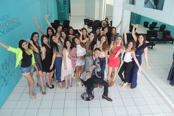 El boricua les dio un taller a alumnas de Karina Ramos. Imagination para LN.
