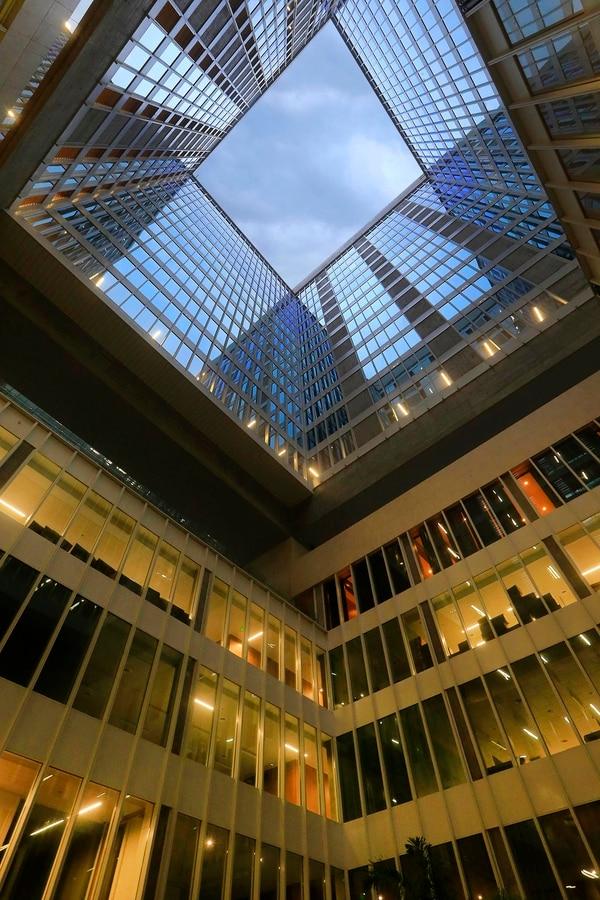 Cada espacio tiene su propio significado destacando diferentes valores como la transparencia, en este caso dado por los ventanales de todas las oficinas que dan hacia el centro del edificio. Foto: Rafael Pacheco