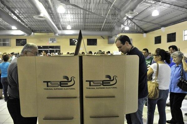 Las personas emitieron su voto durante las elecciones legislativas de este domingo, en San Salvador.