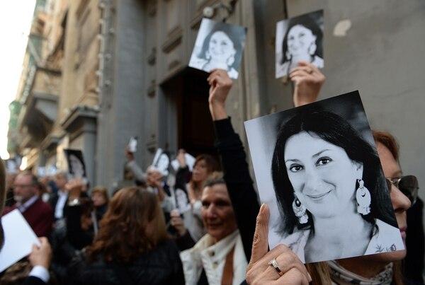 Decenas de personas salían de la iglesia de San Francisco, luego de que el arzobispo de Malta celebrara una misa en memoria de la periodista asesinada Daphne Caruana Galizia, en La Valeta, Malta, el 16 de abril del 2018. Foto: AFP