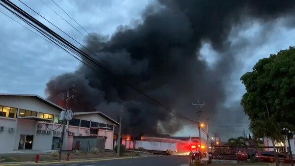Incendio en el Parque Industrial Zona Franca BES, en el Coyol de Alajuela. Foto cortesía Bomberos.