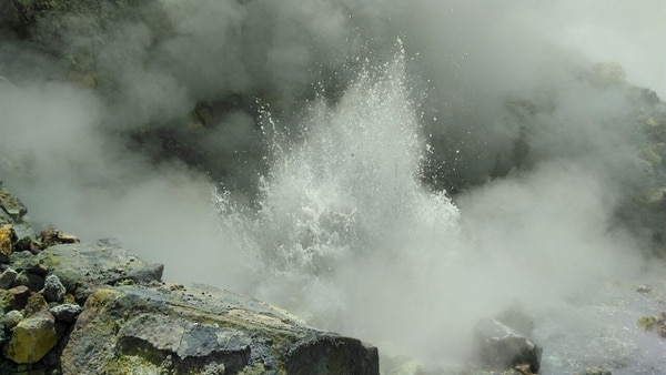 La emanaciones de agua que salen por la nueva fumarola alcanza los ochos metros de alto. El líquido sale a 90°C.