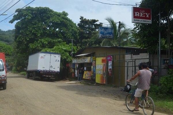 El local asaltado se ubica en el sector de Parcela 3 de Herradura. Al momento del atraco, había unos diez clientes. En el intento de escapar, los sospechosos lanzaron armas desde un carro. | JORGE UMAÑA.
