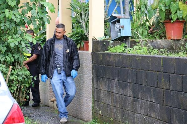 Agentes del OIJ revisaron la casa del adulto muerto. | REINER MONTERO