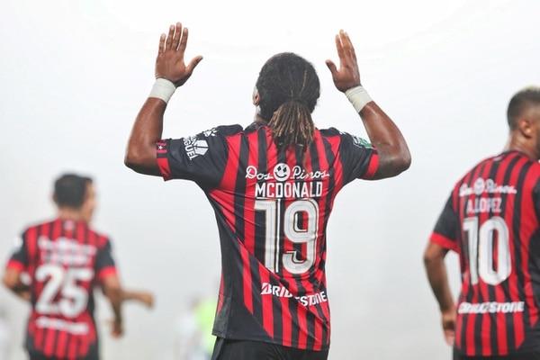 Jonathan McDonald podrá jugar hasta la fecha 19, cuando Alajuelense reciba a Saprissa, pues debe purgar tres partidos de sanción. Fotografía: John Durán