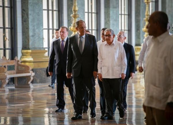 El canciller de Rusia, Serguéi Lavrov (centro, izquierda), y el expresidente cubano Raúl Castro(a su derecha) llegaban para participar en la inauguración de la Estatua de la República en el Capitolio, en La Habana, este miércoles 24 de julio del 2019.
