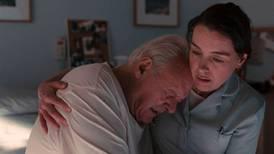 'El padre': Anthony Hopkins salva, solito, una película