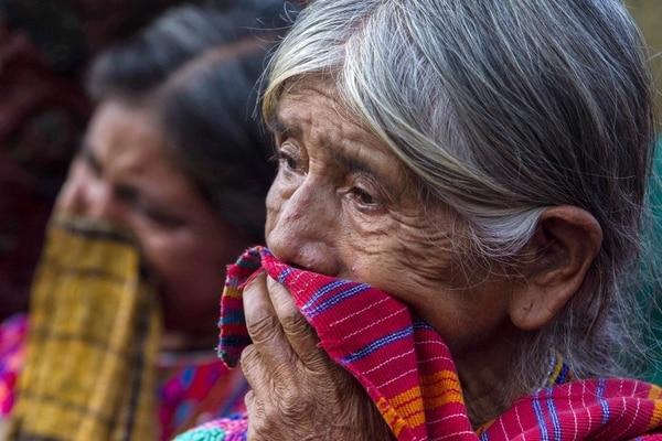 Una señora llora en las cercanías del lugar donde hoy, 8 de septiembre de 2013, al menos 10 personas fueron asesinadas a tiros por desconocidos en Guatemala.