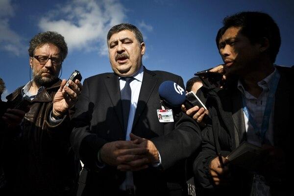 El miembro de la delegación opositora siria, Murhaf Jouejati, conversa con periodistas en la sede de las Naciones Unidas, en Ginebra Suiza