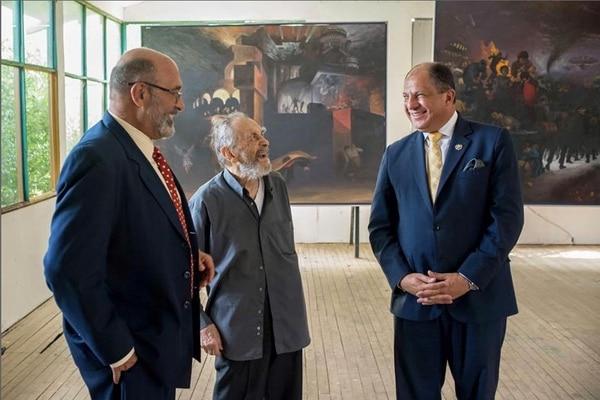Las pinturas de Escámez (centro) fueron apreciadas por el mandatario Luis Guillermo Solís y el rector universitario Alberto Salom (izquierda). twitter.com/luisguillermosr