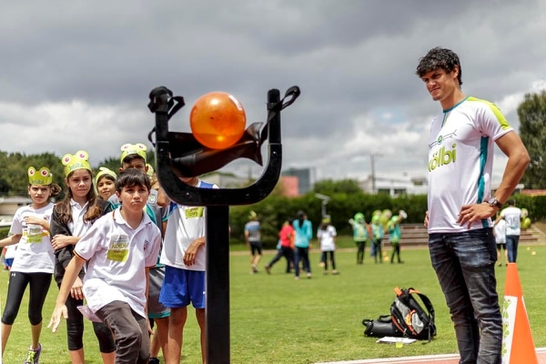 El volante compartió ayer con niños indígenas y con estudiantes del Colegio Humboldt, en Pavas. El costarricense espera que esta semana se resuelva su situación.