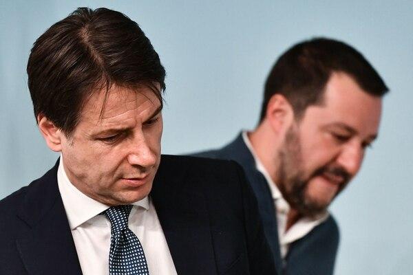 El primer ministro de Italia, Giuseppe Conte (L), y el ministro del Interior y el vice primer ministro de Italia, Matteo Salvini, asistieron a una conferencia de prensa en Roma, el 14 de enero del 2019. Foto: AFP