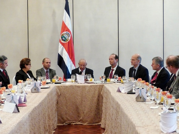 Los empresarios de Francia desayunaron ayer con funcionarios del Gobierno, entre ellos el ministro Helio Fallas.   CORTESÍA EMBAJADA DE FRANCIA