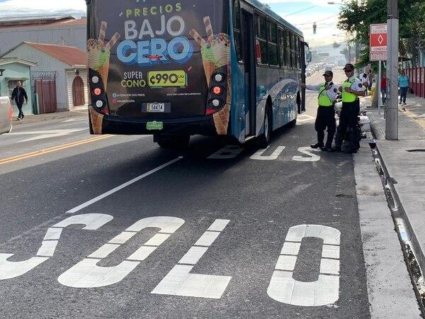Tráficos vigilaron la aplicación correcta del carril exclusivo para autobuses en Guadalupe. Foto: Alonso Tenorio