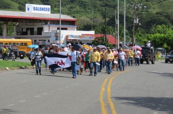 Desde las 9:30 a. m. los vecinos de Palmar Norte tomaron un carril de la Interamericana Sur para protestar.