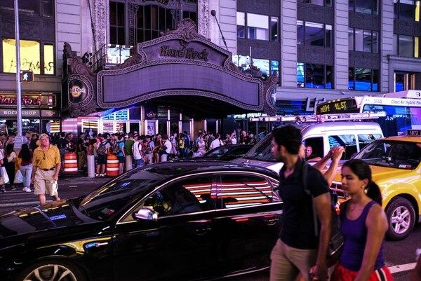 Las luces de la carpa The Hard Rock Cafes están apagadas durante un apagón importante el 13 de julio de 2019 en la ciudad de Nueva York. Foto: AFP