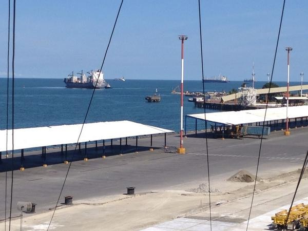 Primer barco, en reanudación de operaciones, lo acerca un remolcador al muelle.