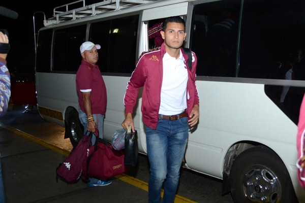 La delegación del Saprissa llegó al aeropuerto Juan Santamaría a eso de las 4:30 a. m. Deyver Vega fue uno de los primeros. | SHIRLEY VÁSQUEZ