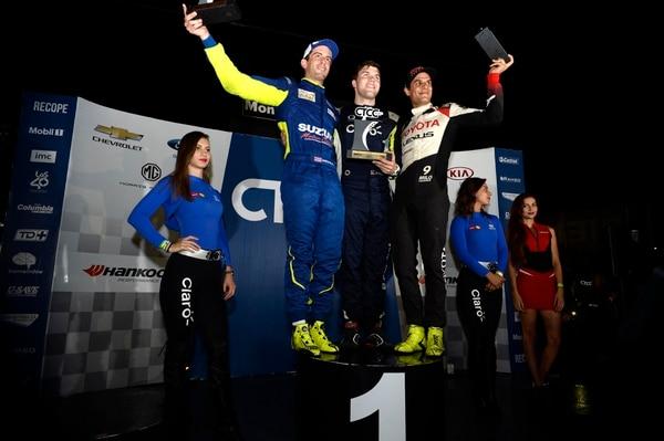 Danny Formal (centro), piloto de la escudería Hyundai Claro, ganó la tercera fecha del CTCC y se consolidó en el primer lugar del campeonato. Formal, campeón del 2017, fue acompañado en el podio por José Andrés Montalto (Suzuki) y Emilio 'Milo' Valverde (Toyota). Fotografía Diana Méndez