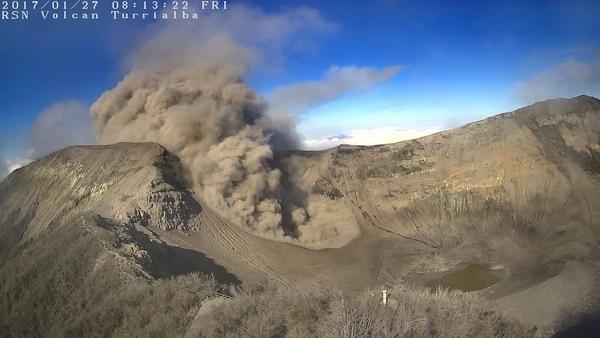 El volcán ha registrado emanación de ceniza y vapor. Las erupciones no superan los 500 metros de altura.
