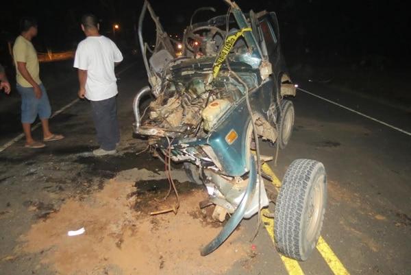 Los dos carros quedaron prácticamente desintegrados. El choque fue en una recta demarcada y seca.
