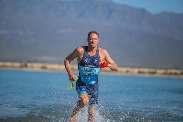 Rom Akerson sale del agua durante la competencia de Xterra en Argentina, la cual ganó este sábado. Foto: Facebook Xterra Argentina